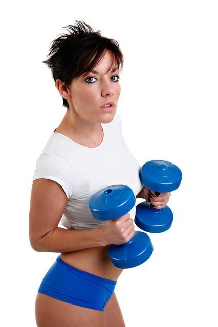mujer con mancuernas, ejercicio de alta intensidad tras cirugia mamaria
