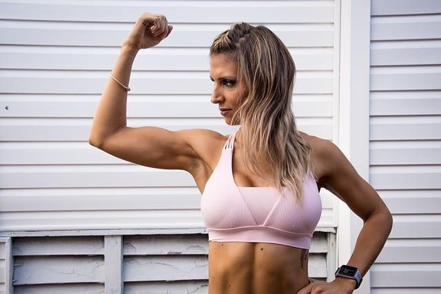 Mujer deportista, cuando empezar a hacer ejercicio tras un aumento de pecho