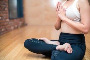 Mujer haciendo yoga o ejercicios de baja intensidad tras una mamoplastia de aumento