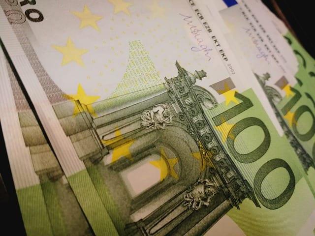 detalle de unos billetes de cien euros. Opciones para el pago de tu lifting de piernas.