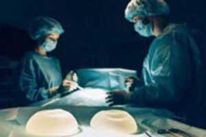 imagen de un cirujano preparándose para realizar una mamoplastia de aumento.