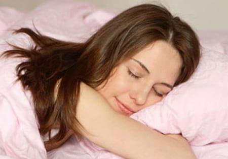 mujer durmiendo tras una cirugía de orejas.