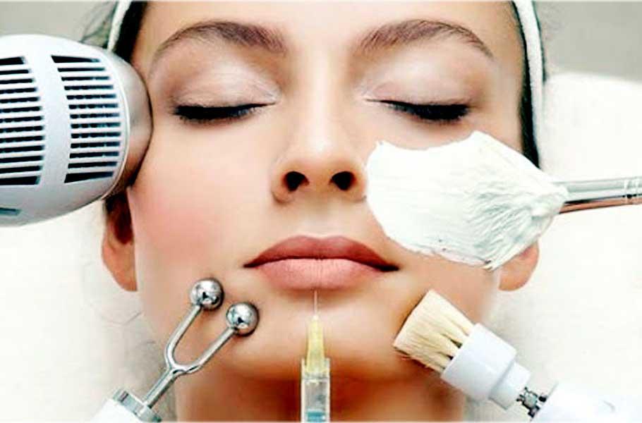 rostro de una mujer a la que se le están acercando diferentes herramientas de los tratamientos estéticos.